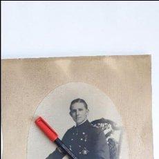 Militaria: AUTOGRAFO DE DON JUAN DE BORBÓN FOTOGRAFIADO CON UNIFORME DE GUARDIAMARINA EN 1931. FOTO KAULAK.. Lote 93938150