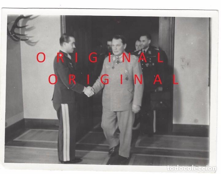 HERMANN GÖRING SALUDANDO AL AS DE LA LUFTWAFFE ADOLF GALLAND (Militar - Fotografía Militar - II Guerra Mundial)