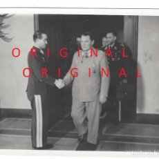 Militaria: HERMANN GÖRING SALUDANDO AL AS DE LA LUFTWAFFE ADOLF GALLAND. Lote 94268295