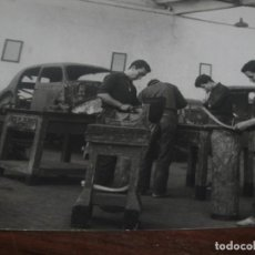 Militaria: ANTIGUA FOTO SOLDADOS ZAPADORES ESPAÑA MADRID TALLER MILITAR COCHES. Lote 95636339