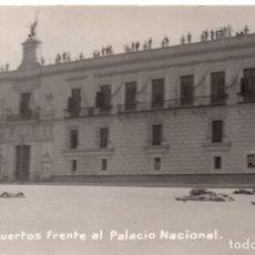 Militaria: FOTOGRAFÍA POSTAL MUERTOS FRENTE AL PALACIO NACIONAL SURANTE DECENA TRÁGICA 1913 REVOLUCIÓN MEXICO. Lote 96551551