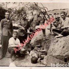 Militaria: GUERRA DE AFRICA, SOLDADOS COMIENDO EL RANCHO, 14X9 CMS. Lote 96696419
