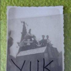 Militaria: FOTOGRAFIA DE DESFILE MILITAR EN UNA CARROZA - AÑOS 40 - FLECHAS FALANGE. Lote 98167819