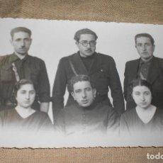 Militaria: ANTIGUA FOTO FOTOGRAFIA POSTAL GUERRA CIVIL FAMILIA FALANGISTAS CON PISTOLA, CURA,...VALLADOLID 1938. Lote 98169891