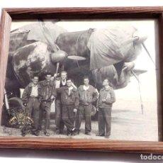 Militaria: FOTOGRAFÍA PILOTOS ESPAÑOLES GUERRA CIVIL CON AVIÓN SAVOIA-MARCHETTI S.M.79 - 23 X 19,5 CM- AVIACIÓN. Lote 99147119