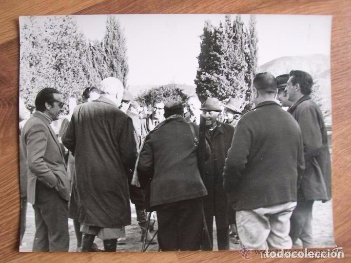 Militaria: FOTOGRAFIA DEL GENERAL FRANCO EN UNA CACERIA EN JAEN. GRAN FORMATO. FECHADA EN EL AÑO 1973. - Foto 3 - 99309719