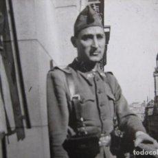 Militaria: FOTOGRAFÍA SOLDADO DEL EJÉRCITO ESPAÑOL. PUERTA DEL SOL MADRID. Lote 99688171