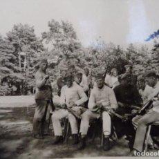 Militaria: SOLDADOS DE LA WEHRMACHT LIMPIANDO SU KAR-98K EN EL CAMPO. AÑOS 1939-45. Lote 100387551