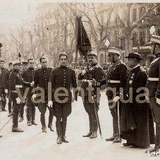 Militaria: FANTÁSTICA FOTO. JURA BANDERA REGIMIENTO ARTILLERÍA UNIFORME GALA. FOTO MATEO BARCELONA, 20S RAMBLAS. Lote 101296439