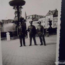 Militaria: CADETES DE LA WEHRMACHT JUNTO A UNA FUENTE. VIENA . AÑOS 1939-45. Lote 101373275