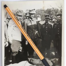 Militaria: FOTO DE PRENSA ALEMANA. EL GENERAL DIETL SE INTERESA POR UN HERIDO.. Lote 102066235