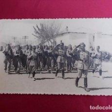 Militaria: ANTIGUA FOTOGRAFIA. DESFILE MILITAR. FOTO GARCIA. MELILLA. 1956.. Lote 102073923