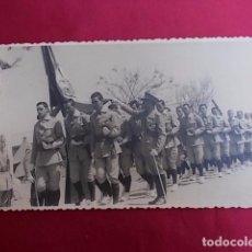 Militaria: ANTIGUA FOTOGRAFIA. DESFILE MILITAR. FOTO GARCIA. MELILLA. 1956.. Lote 102073959