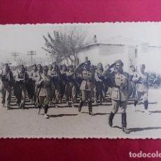 Militaria: ANTIGUA FOTOGRAFIA. DESFILE MILITAR. FOTO GARCIA. MELILLA. 1956.. Lote 102074023