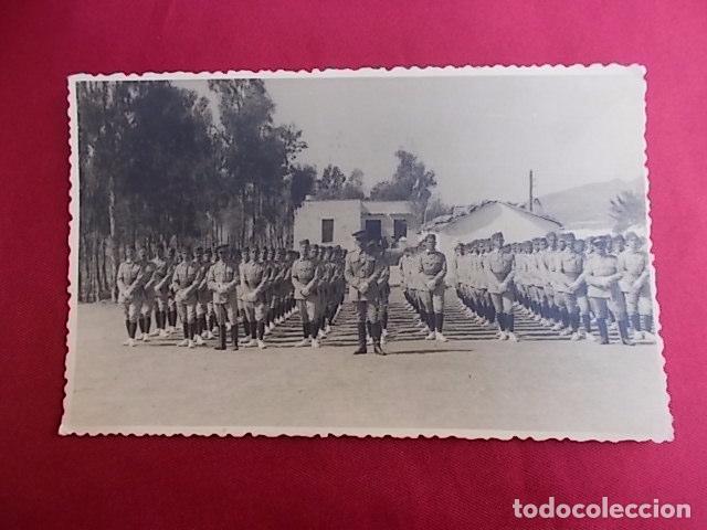 ANTIGUA FOTOGRAFIA. DESFILE MILITAR. FOTO GARCIA. MELILLA. 1956. (Militar - Fotografía Militar - Otros)