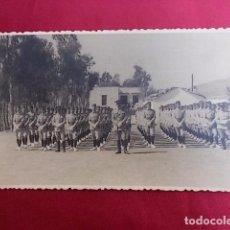 Militaria: ANTIGUA FOTOGRAFIA. DESFILE MILITAR. FOTO GARCIA. MELILLA. 1956.. Lote 102074059