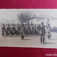 Militaria: ANTIGUA FOTOGRAFIA. DESFILE MILITAR. FOTO GARCIA. MELILLA. 1956.. Lote 102074235
