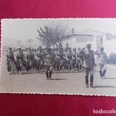 Militaria: ANTIGUA FOTOGRAFIA. DESFILE MILITAR. FOTO GARCIA. MELILLA. 1956.. Lote 102074279
