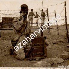 Militaria: SIDI IFNI, 1959, SOLDADO DE REGULARES CON EQUIPO DE TRANSMISIONES,90X70MM. Lote 102786151