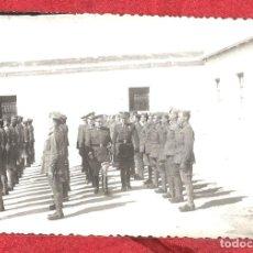 Militaria: OFICIALES PASANDO REVISTA. Lote 103844451