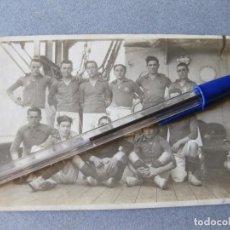 Militaria: FOTOGRAFIA POSTAL DEL EQUIPO DE FUTBOL DEL CRUCERO DE LA REINA VICTORIA EUGENIA. Lote 103938283