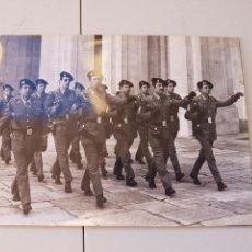Militaria: LOTE 7 FOTOGRAFIAS ORIGINALES DE AGENCIA, PRESENTACION UNIFORMES GUARDIS REAL 1976. Lote 104048292