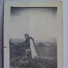 Militaria: GUERRA CIVIL : FOTO DE ALFEREZ PROVISIONAL CON CAPOTE-MANTA. 1938. Lote 105093559