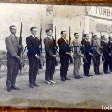 Militaria: ANTIGUA Y ORIGINAL FOTOGRAFIA REALIZADA A MILICIANOS TOMBOLA BENEFICA, FOT.MARTE,14X9 CMS. Lote 105150315