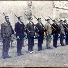 Militaria: ANTIGUA Y ORIGINAL FOTOGRAFIA REALIZADA A MILICIANOS TOMBOLA BENEFICA, FOT.MARTE,14X9 CMS. Lote 105150351