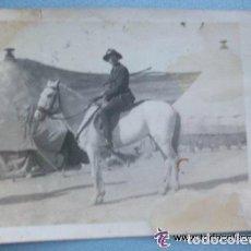 Militaria: GUERRA DE AFRICA : CAPITAN DE SANIDAD MILITAR CON CHAMBERGO A CABALLO . 1922. Lote 106611287