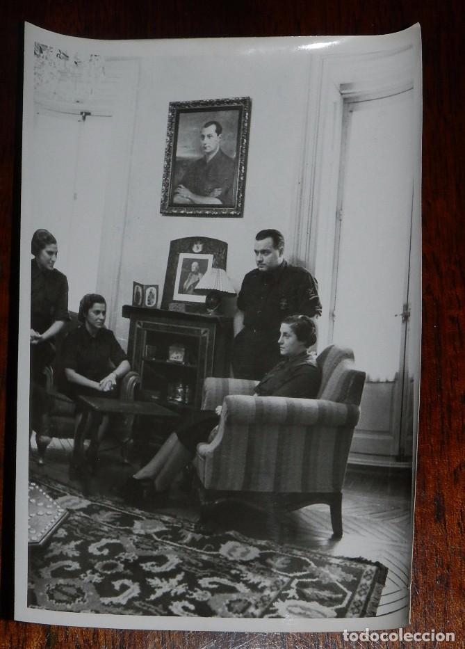 FOTOGRAFIA DE PILAR PRIMO DE RIVERA CON FOTOGRAFIA DE SU PADRE Y SU HERMANO, SECCION FEMENINA, FALAN (Militar - Fotografía Militar - Guerra Civil Española)