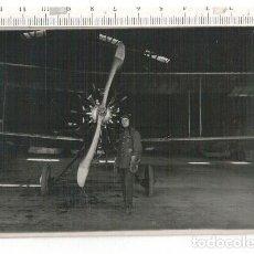 Militaria: FOTOGRAFÍA FORMATO POSTAL PILOTO Y AVIÓN. Lote 107376111