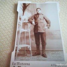 Militaria: FOTOGRAFÍA MILITAR EN CARTÓN LA MODERNA J. MARTÍN ALFONSO XIII MELILLA MED. 12,5X8CM. Lote 107709583