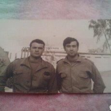 Militaria: AÑOS 60 - MILITARES EN CAMPAMENTO - UNO DE ELLOS GON GALLETA DE CABO. Lote 107834735