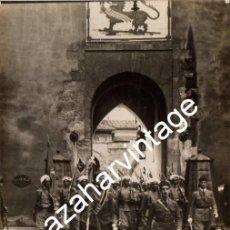 Militaria: SEVILLA,1922, REGULARES DE LARACHE SALIENDO DEL ALCAZAR, RESIDENCIA REGIA.MAGNIFICA, POSTAL FOTOGRAF. Lote 108427543
