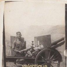 Militaria: FANTÁSTICA FOTO MILITAR EJERCITO ESPAÑOL CARGANDO MUNICIÓN CAÑÓN CAMPAÑA. 20S ÉPOCA ALFONSO XIII CC. Lote 108428923