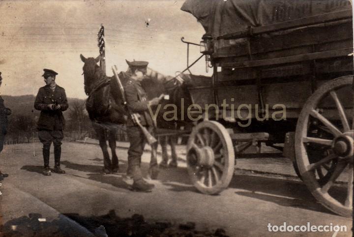 FANTÁSTICA FOTO MILITARES EJERCITO BRITÁNICO, CARRO ALEMÁN AÑO DESPUÉS FIN I GUERRA MUNDIAL 1919 CC (Militar - Fotografía Militar - I Guerra Mundial)