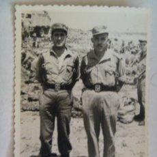Militaria: FOTO DE MILITARES : SARGENTO Y TENIENTE DE MANIOBRAS, DETRAS UN CAMION . ARRECIFE, 1964. Lote 108941411