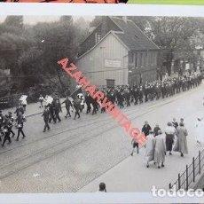 Militaria: WWII, POSTAL FOTOGRAFICA DESFILE, BANDERA NAZI. Lote 109254491
