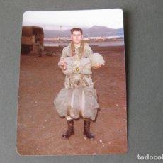 Militaria: FOTOGRAFIA MILITAR DE UN PARACAIDISTA DEL EJERCITO DE TIERRA EN LA BASE AEREA DE GANDO GRAN CANARIA. Lote 109353467