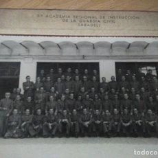 Militaria: ANTIGUA FOTO 3ª ACADEMIA REGIONAL DE INSTRUCCION DE LA GUARDIA CIVIL DE SABADELL, 23,5 X 18,5 CM. Lote 109995263