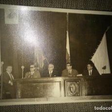 Militaria: ANTIGUA FOTOGRAFÍA REUNIÓN ACTO FALANGE BANDERAS Y CUADRO DE FRANCO Y PRIMO RIVERA. Lote 110261639
