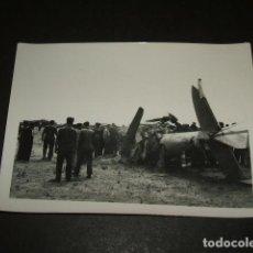 Militaria: LEON GUERRA CIVIL CAMPO DE AVIACION AVION LEGION CONDOR ACCIDENTADO FOTOGRAFIA . Lote 110293923