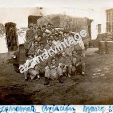 Militaria: SEVILLA, 1951, SOLDADOS EN EL ECONOMATO DE AVIACION, TABLADA,88X64MM. Lote 147133736