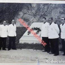 Militaria: ESPECTACULAR FOTOGRAFIA, JERARCAS DE LA FALANGE, OFRENDA, FOT.SANCHEZ DEL PANDO,165X115MM. Lote 111220107