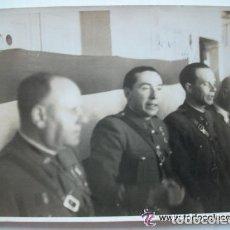 Militaria: GUERRA CIVIL : FOTO DE ACTO DE GUARDIA CIVIL NACIONALES , EMBLEMA REPUBLICA EN CUELLOS. Lote 111493427