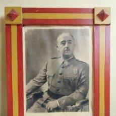 Militaria: FRANCO.RETRATO OFICIAL,MARCO DE MADERA PINTADO BANDERA NACIONAL,HACIA 1939-40.. Lote 112687951
