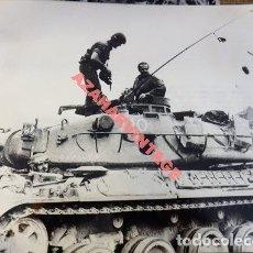 Militaria: ZARAGOZA,1980, MANIOBRAS DE LA DIVISION ACORAZADA BRUNETE, EL REY EN UN TANQUE, 240X180MM. Lote 113192503