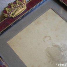 Militaria: FOTOGRAFIA EN MARCO CON CORONA DEL REY ALFONSO XII EN LA ACADEMIA DE SANDHURST.. Lote 114732231