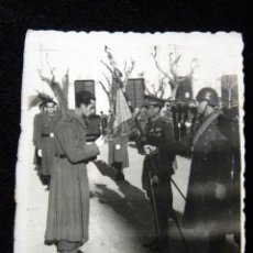 Militaria: ANTIGUA FOTOGRAFIA JURA DE BANDERA SOLDADOS, GUERRA CIVIL. MILITAR. AÑOS 30. Lote 115063239
